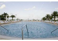 Roney Palace Apartments by Royal Stays - Miami Beach - Pool