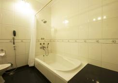 Aapno Ghar Resort - Gurgaon - Bathroom