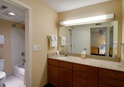 Hawthorn Suites by Wyndham Airport Columbus East - Columbus - Bathroom