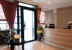 Des Deux Avenues Hotel - Paris - Front desk