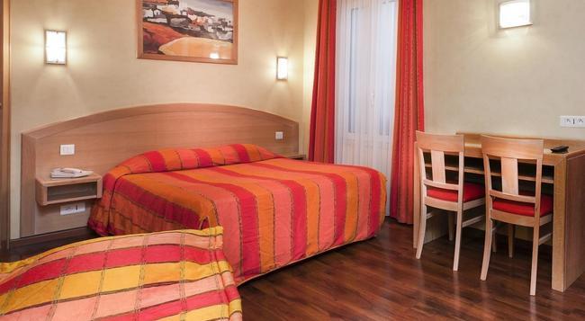Hotel de l'Europe - Gare du Nord - Paris - Bedroom