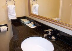 Oceanfront Inn - Virginia Beach - Bathroom