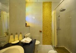 Hotel Amazing Mandalay - Mandalay - Bathroom