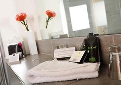 The Royal Hotel Cardiff - Cardiff - Bathroom