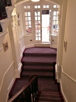 St George Hotel - London - Stairs