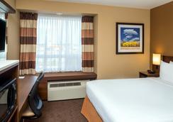 Microtel Inn & Suites by Wyndham Red Deer - Red Deer - Bedroom