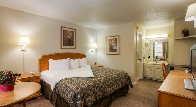 Econo Lodge Belle Aire - Gatlinburg - Bedroom